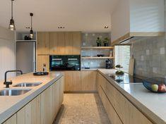 Modern Home Decor Kitchen Kitchen Dinning, Home Decor Kitchen, Rustic Kitchen, Kitchen Interior, Home Kitchens, Bungalow Haus Design, Cosy House, Contemporary Kitchen Cabinets, Best Kitchen Designs
