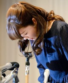 Haruko Obokata, head of a research unit at the Riken Center for Developmental Biology, bows at the beginning of a news conference in Osaka on April 9. (Mari Endo)