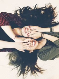 Discovered by ⚘. Find images and videos about girl and friends on We Heart It - the app to get lost in what you love. Model Poses Photography, Sister Photography, Best Friend Photography, Teenage Girl Photography, Photo Best Friends, Best Friends Shoot, Best Friend Poses, Best Photo Poses, Girl Photo Poses
