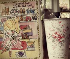 Ich verwende gerne die Porzellan-Becher-To-Go von GREENGATE oder Miss Etoile als Vasen. Durch den abgerundeten Rand wirken sie besonders zierlich für kleine, bunten Wiesenblümchen!