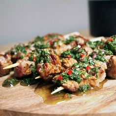Looking for a tasty BBQ recipe that will impress your eaters? Go for this delicious steak skewers with Chimichurri! Sin Gluten, Barbeque Sides, Tofu, Bbq Skewers, Best Bbq, Bbq Grill, Grilling, Easy Healthy Recipes, Gourmet