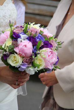 Bukiet ślubny w różach i fioletach // Wedding bouquet in rose and violet  #wedding #flowers