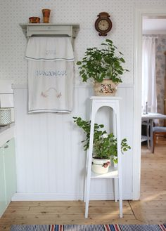 Scandinavian vintage interior Scandinavian Cottage, Swedish Cottage, Swedish Decor, Scandinavian Interior, Cottage Chic, Red Houses, Plant Table, Vintage Farm, My Dream Home
