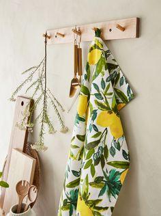 Sommarens stora trendfärg är gul och läskande citrusfrukter syns som mönster på smått och gott. På allt från kökstextilier, bordsunderlägg och servetter till tvålar, diskmedel och ljusslingor. House Styles, Interior, Indoor, Interiors