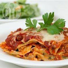 Lasanha de linguiça com espinafre @ allrecipes.com.br - No lugar da carne moída, eu uso linguiça calabresa no molho de tomate, e acrescento espinafre nas camadas da lasanha.
