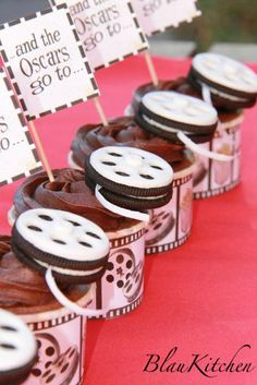 Oscar Cupcakes / film reels from Oreos Hollywood Party, Hollywood Birthday Parties, 13th Birthday Parties, Kino Party, Movie Cupcakes, Cinema Party, Cupcake Art, Cupcake Ideas, Cupcake Decorations