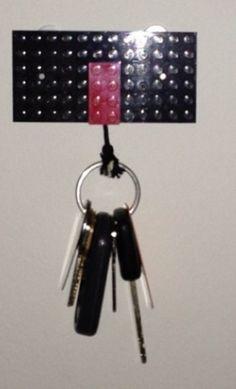 Du weißt nie, wo Du Deine Schlüssel in der Wohnung verlegt hast? Mit Lego kannst Du einen super Schlüssel-Halter basteln.