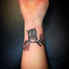 uhu als tattoo am handgelenk