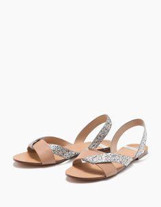 Sandalia plana tiras combinada brillo. Descubre ésta y muchas otras prendas en Bershka con nuevos productos cada semana