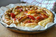 torta salata peperoni e patateo un rotolo di pasta sfoglia qualsiasi)  4/5 patate medie  2 peperoni  200 g di mozzarella  1 spicchio d'aglio  5 cucchiai di olio evo  sale e pepe q.b.