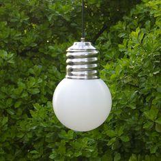 Basic Out, est un luminaire pour l'extérieur en forme de grosse ampoule, original, résistant et décoratif, à suspendre dans un arbre, sous un patio, une terrasse ... Le globe en polyéthylène blanc, résistant aux chocs, aux UV et aux intempéries, diffuse une lumière efficace et non éblouissante. Economique grâce à sa source fluo-compacte, le globe se dévisse facilement pour permettre la mise en place de l'ampoule.
