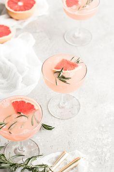 Gesunde Pampelmuse Rosemary Lemonade Sparkler - Yummy Drinks - Non-alcoholic - Obst Rosemary Lemonade, Grapefruit Recipes, Summer Cocktails, Cocktail Drinks, Cocktail Recipes, Martini Recipes, Tequila, Non Alcoholic, Gastronomia