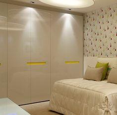 armário de quarto com 6 portas em laca branca com brilho e puxador em cava amarela