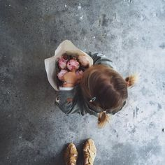 little girls and fresh flowers Little Babies, Little Ones, Cute Babies, Little Girls, Baby Girls, Outfits Niños, Fall Outfits, Baby Kind, Belle Photo