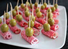Perfekt tilltugg till festen, galet gott och lätt som en plätt♥ Du behöver24 st1 förp. göl salami1 förp. philadelphiaost1 burk gröna oliverGör såhärBred philadelphiaost på salamin, gör en rulle.Fäst…