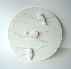 quadro em madeira mdf, com 40 de diâmetro, pintura feita a mão e apliques de papel machê.