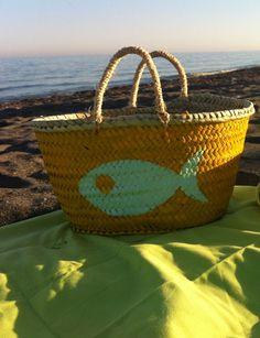 Unas de nuestras cestas de playa favoritas son las de Oui Oui. Hay tres tamaños y un montón de modelos diferentes: con corazón, moustache, estrellas... También es posible encargar la combinación de colores que más te guste.