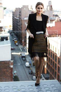 ¿NADA QUE PONERTE? Los 7 días/ 7 looks de Olivia Palermo inspiran un look protagonizado por los flecos de una americana larga y una falda entubada.