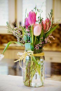 dekoration selber machen, rosa tulpen, einmachglas dekoriert mit gelber schleife