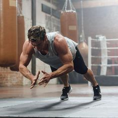 Chris Hemsworth Uses the 'HIRT' Method to Burn Fat and Build Muscle Simultaneously Chris Hemsworth Tattoo, Chris Hemsworth Body, Chris Hemsworth Workout, Chris Hemsworth Movies, Chris Hemsworth Shirtless, Chris Hemsworth Ghostbusters, Hemsworth Brothers, Boy Photography Poses, Workout Days