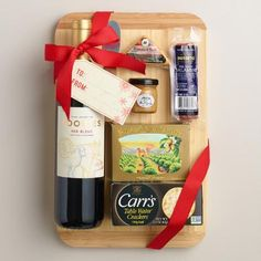 DIY Gift Basket Ideas To Inspire All Kinds of Gifts - These inexpensive DIY Christmas gift baskets make valued customized gifts for everyone on your checklist and also within any Christmas gift budget. Holiday Gift Baskets, Wine Gift Baskets, Christmas Baskets, Diy Christmas Gifts, Holiday Gifts, Christmas Projects, Christmas Pizza, Homemade Christmas, Wine Gifts