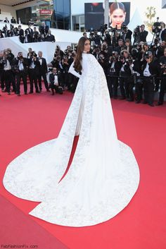 Sonam Kapoor Princess Gown - Sonam Kapoor easily stole the spotlight in an embroidered white Ralph & Russo Couture gown with a flowing cape during the Cannes premiere of 'From the Land of the Moon. 15 Dresses, Bridal Dresses, Nice Dresses, Amazing Dresses, Sonam Kapoor, Star Fashion, Fashion Show, Women's Fashion, Fashion Trends