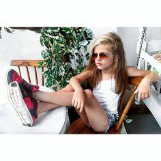 Modelo mirin brasileira Gabi Beckett brasilian model kids foto tumblr tênis óculos criança