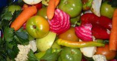 Cea mai simplă reţetă de murături, veche de când lumea şi pământul, pregătită de gospodinele din Bărăgan pentru iarnă este un deliciu. Gogonele verzi, care se simt bine în acelaşi recipient alături de alte roade ale toamnei, n-au nevoie pentru a-şi amesteca aromele decât de-o saramură simplă cu apă şi sare. Canning Recipes, My Recipes, Cookie Recipes, Summer Tomato, Pickling Cucumbers, Romanian Food, Good Ole, Preserves, Celery
