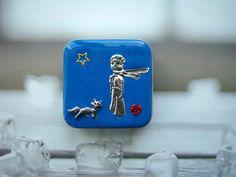 """..Malý+princ..+boxík,+krabička+Kovová+krabička+o+rozměrech+cca+5,7+x+5,7+Tipy+na+využití+krabiček:různé+drobnosti+-+pilulky,+šperky,+žvýkačky,+tic-tacy,+energy+bonbóny,+knoflíčky,+šitíčko,+tabáček,sluchátka+k+mp3,+dámské+tampóny,+rybářské+háčky,+kytarová+trsátka+atd.+atd.+Krabička+se+zavírá+""""zacvaknutím""""+a+pevně+drží+zavřena.+Víčko+krabičky+je..."""