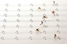 Musical hurdles. 빠르게 달려 허들을 넘고 있는 선수들. 그런데 뭔가 좀 이상합니다. 선수들이 달리고 있는 길은 바로 오선 노트의 오선. 넘고 있는 허들은 바로 음표입니다. 이 ...