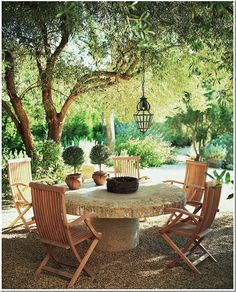 Outdoor dining, Villa di Lemma – restored by the great John Saladino as his personal estate in Montecito, CA. Designed by Wallace Frost in the 1920s. Image via Cote De Texas