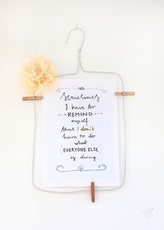 How to make - wire clothes hanger picture frame. Upcycling at its best: turn a wire clothes hanger into a picture frame. See how on » [es.kaa.] makes