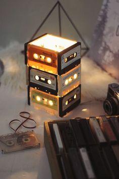 fabriquer une lampe, cassette audio bricolage, table en bois peinte en blanc, appareil photo vintage