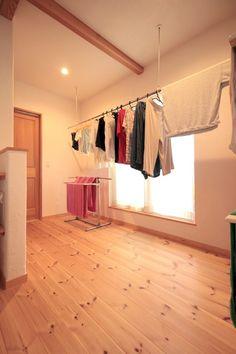 広めの階段ホールは、部屋干しスペースとして大活躍
