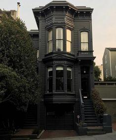 31 The Best Victorian Homes Design Ideas Modern Victorian Homes, Victorian Homes Exterior, Black House Exterior, Victorian Houses, Victorian Gothic, Gothic Lolita, Classic House Design, Dark House, Goth Home