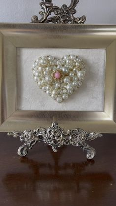 Costume Jewelry Crafts, Vintage Jewelry Crafts, Recycled Jewelry, Heart Jewelry, Jewelry Art, Jewellery, Sweet Sixteen Gifts, Jewelry Frames, Jewelry Christmas Tree