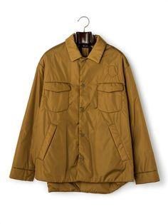 「N°21(ヌメロ ヴェントゥーノ)」は、次世代のイタリアファッションシーンを牽引するALESSANDRO DELL'ACQUA(アレッサンドロ デラクア)が手掛けるファーストライン。2010年3月、2010-11A/Wミラノファッションウィークにて、レディスウェアコレクションとして、ランウェイデビュー。デラクアの真骨頂とも言えるシャープなテイラーリング、独特のセンシュアルさとフェミニティは健在ながら、よりスポーティでウェアラブルな魅力が加わりました。
