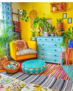 New Stylish Bohemian Home Decor and Design Ideas The Boho Chic Living Style The Boho style stands for unconventional living in an imperfect Look, which is at the same time iridescent and natural. What used to be disparagingly referred to as Hippie Chic Living Room Decor, Bedroom Decor, Living Rooms, House Rooms, Colourful Living Room, Indian Home Decor, Indian Room, Cheap Home Decor, Boho Decor