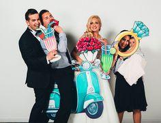 Photocall romántico fandi con piezas ilustradas muy divertidas, con su cupido, anillo de boda, globos, coche de boda y mucho más. Aquí puedes ver las fotos.