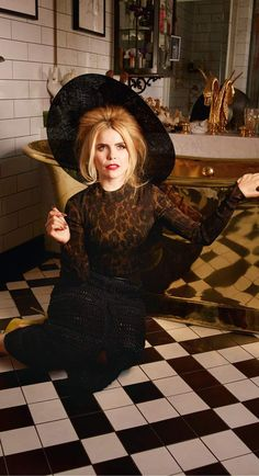 Paloma at her quirky home filled with trinkets including this gold bath and a Bill Murray cushion. Paloma Faith Hair, Blond, Eccentric Style, And God Created Woman, Female Singers, Celebs, Celebrities, Pretty Face, Hippie Boho