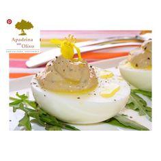 Huevos rellenos de boletus y trufa Ya os hemos comentado en otras ocasiones que aunque los huevos rellenos con mahonesa y atún están ricos, nos gusta variar, y el huevo lo permite porque es un alimento muy versátil. Hoy tenemos una sencilla propuesta, además de económica aunque no lo parezca, es la receta de Huevos rellenos de boletus y trufa.  Para aportar el sabor de esta preciada seta a los huevos rellenos utilizamos boletus en polvo, un producto que podemos comprar así o que podemos… I Want To Eat, Starters, Panna Cotta, Appetizers, Eggs, Snacks, Dishes, Cooking, Breakfast