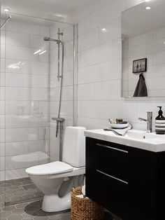 Hitta hem: Inredningsinspiration De Luxe i Kajen 4 Small Mirrors, Bath Mirrors, Bathroom Toilets, Bathrooms, Bathroom Baskets, Masculine Interior, Downstairs Loo, Palette, Bathroom Inspiration