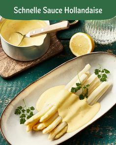 Schnelle Sauce Hollandaise If you like, you can add chopped tarragon to the sauce. With the remaining protein you can prepare delicious meringues. Sauce Hollandaise Rapide, Healthy Breakfast Recipes, Healthy Dinner Recipes, Vegetarian Recipes, Healthy Desserts, Evening Meals, Easy Meals, Stuffed Peppers, Sauces