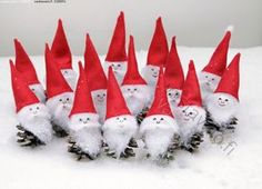 Käpytonttuja ryhmäkuvassa - tonttu hahmo tontut ryhmä joulu joulukoriste koriste askartelu jouluaskartelu satuolento satu tonttulakki lumi hauska huumori ilmeet käpy