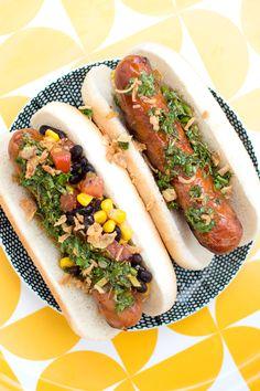 Korv med bröd är gott. Ketchupen och senapen kan bli lite trist efter ett tag, även om man spejsar till det med kryddiga korvar. Här kommer därför 10 variationstips till den grillade korven! Har du några tips på tillbehör till grillad korv? Tipsa gärna om fler goda toppings och tillbehör! Anpassa korvbrödet till korven. Stora … Ketchup, Hot Dogs, Grilling, Bbq, Comfort Foods, Ethnic Recipes, Tips, Barbecue, Barrel Smoker