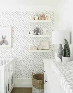 gender neutral grey and white nursery with silver spotted wallpaper and bunny print The post How to decorate a gender-neutral nursery appeared first on Kinderzimmer Dekoration. Baby Nursery Decor, Baby Decor, Nursery Room, Wall Paper Nursery, Grey Nursery Furniture, Nursery Prints, Accent Wall Nursery, Baby Room Decals, Nursery Décor