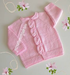 Happy evening, ladies, with a brand new, very stylish model. Baby Boy Sweater, Knitted Baby Cardigan, Baby Pullover, Crochet Basket Pattern, Baby Knitting Patterns, Tricot Baby, Happy Evening, Chores For Kids, Boys Sweaters