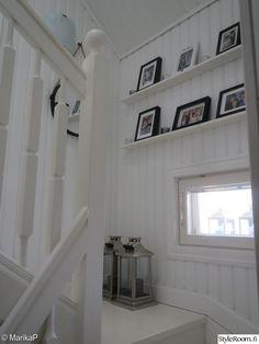 eteinen,portaikko,lyhty,valokuvakollaasi,mustavalkoinen sisustus