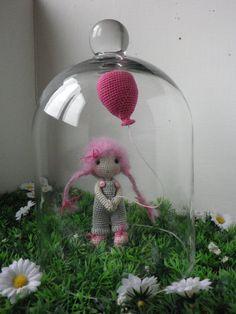 Réservé !!Poupée crochet mini, petite poupée et son ballon, Choupinette,, ma création, crochet trés trés fin : Jeux, jouets par belette-noire