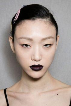 Du rouge vin au noir pur, en passant par des violets profonds, les lèvres aux teintes sombres mates et satinées se sont imposées pendant la dernière Fashion Week...